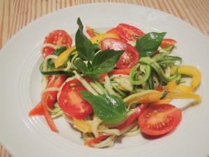 Clean Eating Zucchini Salat mit Paprika und Kirschtomaten